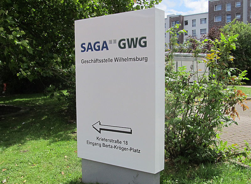 Pylon Stele 2D-Text SAGA Hamburg